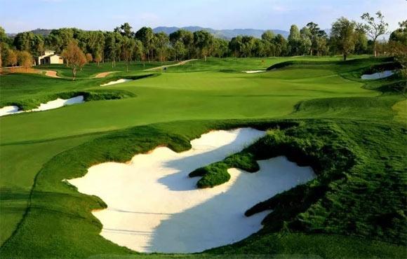 从即日起至下月16日,昆明嘉丽泽运动俱乐部将迎来四场大型高尔夫比赛,即第二十四届全国青少年高尔夫锦标赛、第十八届张连伟杯国际青少年高尔夫球邀请赛、2018中国业余高尔夫球巡回赛-云南站、2018 PGA青少年高尔夫球联赛中国总决赛。届时,来自国内外的2000余名选手将在昆明嘉丽泽一决高下。 四场比赛带来形式各异的高尔夫赛事体验 高手如云 第二十四届全国青少年高尔夫锦标赛 除了游乐场和学校,能看到数百上千的青少年齐聚一起的盛况恐怕只能在全国青少年高尔夫球锦标赛上了。该赛事是从1995年开始举办,已成功举办