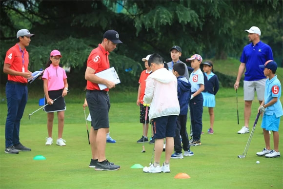 MGS青少年高尔夫系列赛是专为麦高体育旗下迈克国际高尔夫学院众多青少年学员而设立的赛事,主要面对6-17岁青少年选手,赛事针对不同水平阶段选手的需求,结合迈克国际高尔夫学院专业的教学评估,本着以赛代训的初衷面向广大青少年选手。 MGS青少年高尔夫系列赛设计了9洞团队体验赛和18洞个人比杆赛两种赛制风格,分阶段,多赛制的比赛模式,不仅圆了广大初级青少年选手的比赛梦,同时也源源不断的为选手们提供一个提升和检验自身学习成果,积累更多赛事经验的广阔平台,无论你是处于哪一阶段的选手,在这里您可以体验到从最初的体验