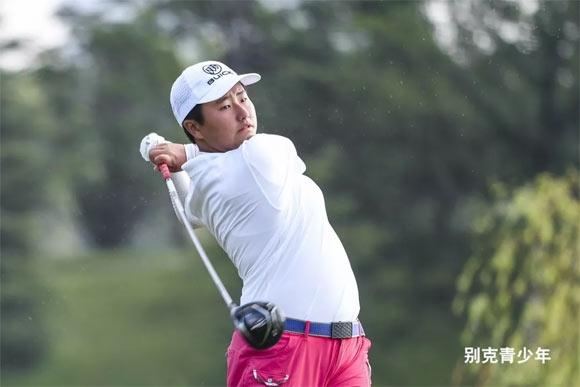 8月9日,上海经历着35度高温,而在旗忠花园高尔夫俱乐部开战的别克中国青少年高尔夫精英赛,比这盛夏的天气更火热。作为年度收官之战,上海站高手云集,为争夺别克LPGA锦标赛、AJGA赛外卡等荣耀而努力。 战况最激烈的要数女子A组。7站总排名第一将拿到今年别克LPGA锦标赛正赛资格,众多小球员都想抓住这最后的争取机会。 刚参加过别克青少年郑州站的方歆媛,和今年首次参与角逐的张昕樵表现最为亮眼,交出5个女子组别中仅有的两红字。  7:10从后九出发的方歆媛一上来就抓鸟,在第10洞开球进沙坑,铁杆打了个右曲,落到