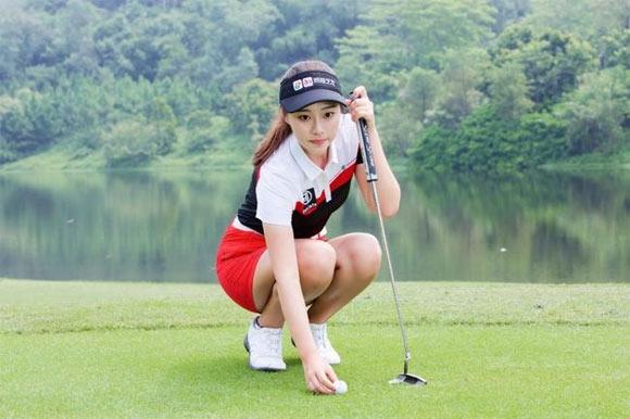 2018年8月,同程艺龙与中国优秀的职业高尔夫新秀选手隋响达成长期合作,将以品牌赞助的身份亮相体育界,在随后众多高尔夫职业赛事中,隋响将带着同程艺龙的LOGO征战。此次合作是同程艺龙在体育+旅行布局上的初步尝试,同程艺龙继续秉持创新的理念,开展多个领域和行业的合作,致力打造更加多元品质化的旅行生态。 随着国内市场的消费不断升级,并在中欧旅游年、世界杯双重加持下,体育+旅游成为新的旅游市场抢夺热门,同程艺龙也瞄准了这个新兴的市场和国内日渐崛起的新中产人群,于8月22日与中国高尔夫名将隋响达成战略合作,迈出